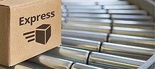 Karton mit Aufdruck Express und Paketicon befindet sich auf Rollenförderband